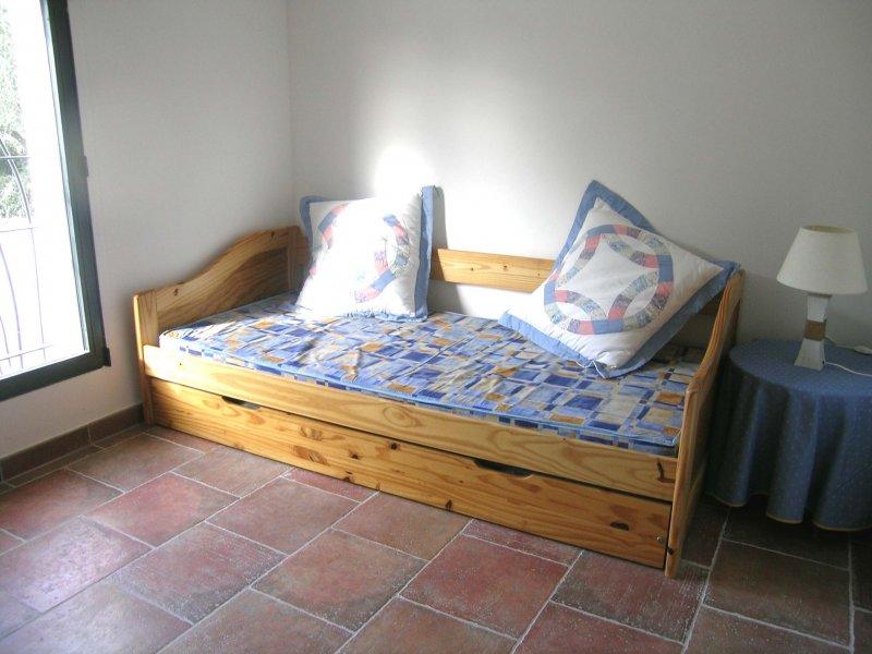 les carignans gite de france pont du gard domaine de c serac. Black Bedroom Furniture Sets. Home Design Ideas